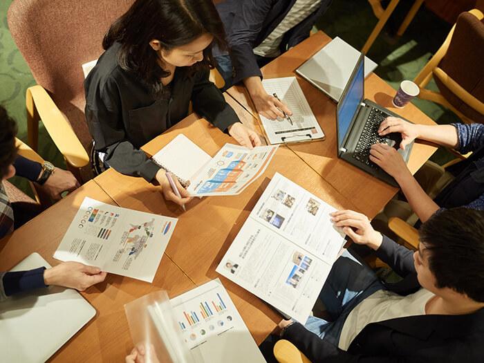 英語で会議を行う社員たち