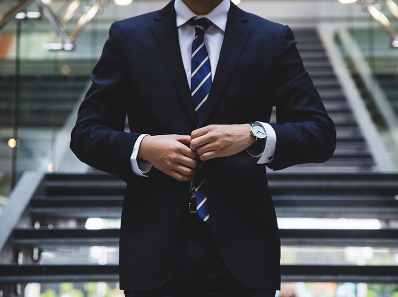 英語学習中のビジネスマン