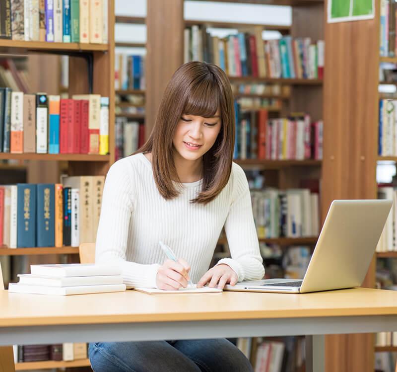 図書館で英語を学習する女性