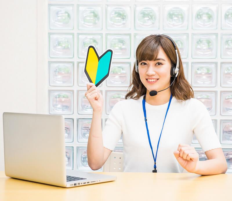 初心者向けのオンライン英会話を紹介する女性