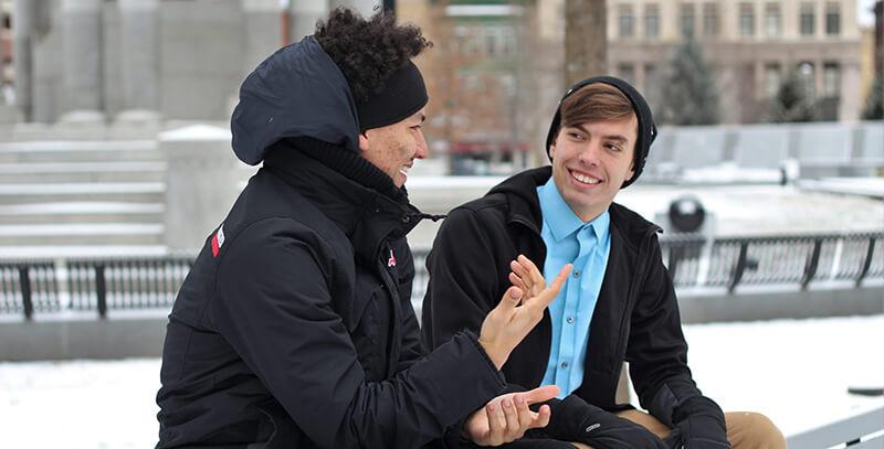コミュニケーションを取る男性たち