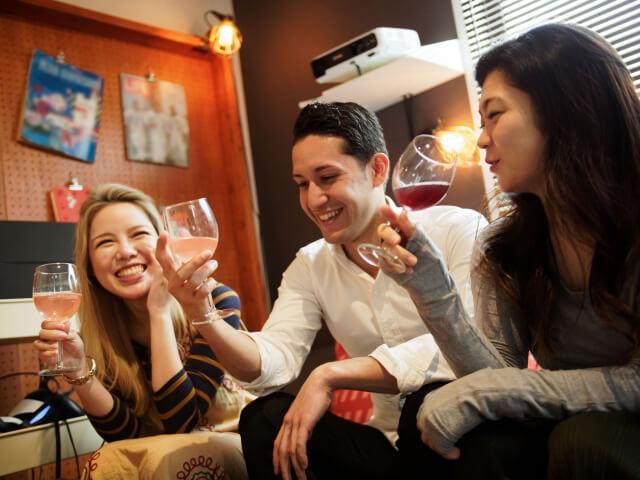 楽しく会話する日本人と外国人
