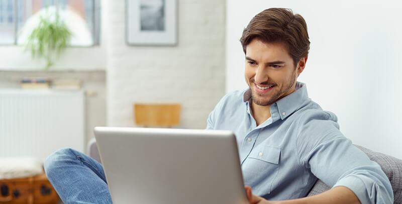 オンライン英会話スクールの講師を勤める男性