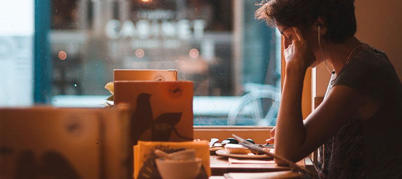 カフェで英語学習に励む女性